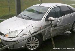 Металлическая балка насквозь прошила автомобиль, практически не зацепив водителя