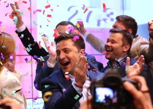 Экзитполы: Зеленский побеждает на выборах президента Украины с 73% голосов