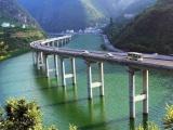 Мост, построенный вдоль реки