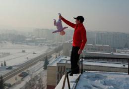 Россиянин издевался над своим младенцем ради красочных видео и фото