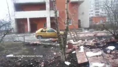 Облицовка дома в Петербурге отвалилась из-за монтажной пены