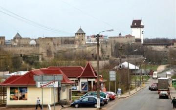 Лизинговые автомобили из Эстонии по-прежнему не пускают через границу в Нарве