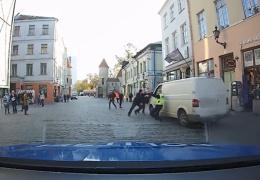 Припаркованный в Старом Таллинне фургон с детьми поехал без водителя
