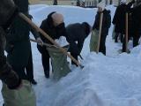 Учителей Саратова заставили убирать снег в мешки