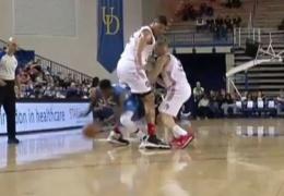 YouTube ВИДЕО: баскетболист из США обыграл соперника, пробежав у него между ног