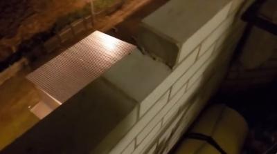 Парень голыми руками разбирает кладку балкона в новостройке