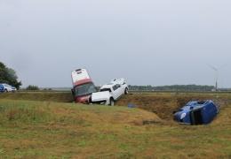В Ида-Вирумаа при столкновении двух автомобилей и автобуса пострадали более 20 человек