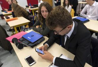 Министерство: решение о запрете на использование смартфонов должна принимать школа