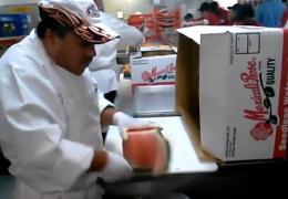 Шеф-повар чистит арбуз за 10 секунд