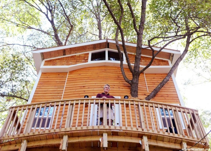 Дед построил для внуков эпический трехэтажный дом на дереве