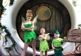 Американская семья посещает Диснейленд каждую неделю в костюмах любимых персонажей