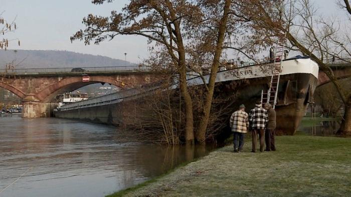 Пьяный шкипер посадил сухогруз на мель, проплывая под автомобильным мостом