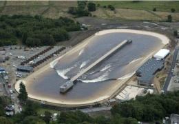 В Великобритании открыли искусственное озеро для серфинга с самыми большими волнами