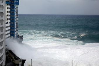 Видео: жуткий шторм на испанских курортах – на Тенерифе волны достигали 10 метров и сносили балконы отелей