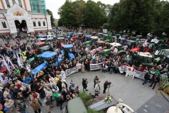 Терпение лопнуло: фермеры провели перед Рийгикогу акцию протеста