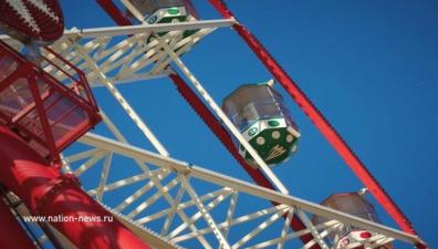 Экстремальное чертово колесо: женщину и ребенка забыли в мороз на высоте