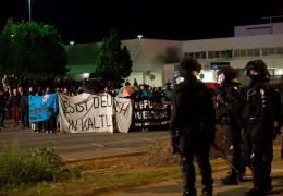 В Германии радикалы пытались атаковать лагерь беженцев: ранены более 30 полицейских