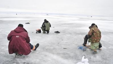 На Нарвском водохранилище рыбак провалился под лед и пропал