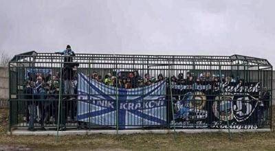 """""""Клетка"""" для польских футбольных болельщиков"""