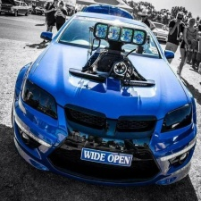 В Австралии гонщик облил зрителей горящим топливом
