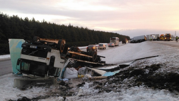 В цепной аварии на шоссе Таллинн-Нарва столкнулись 13 автомобилей