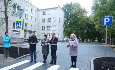 Возле Нарвской музыкальной школы построили парковку и пешеходные дорожки