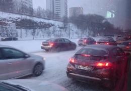 Снегопад стал причиной ряда ДТП на дорогах Эстонии, на Лаагна в час пик образовались пробки