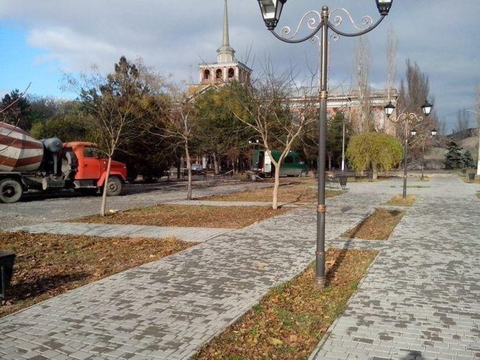 В Николаеве бетономешалка проехала по пешеходным дорожкам в Пролетарском сквере
