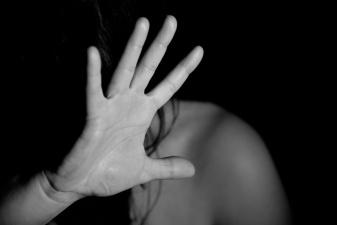 Избивавший и обливший горячим маслом свою сожительницу нарвитянин получил месяц тюрьмы