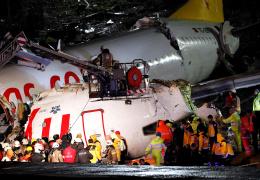 В аэропорту Стамбула самолет выкатился за ВПП и развалился на части: 52 человека пострадали