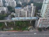 В Китае поезд проходит через центр 19-этажного жилого дома