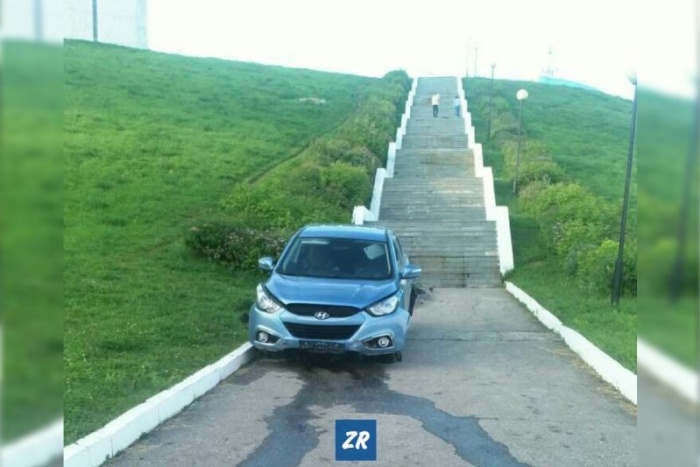 В Чебоксарах водитель съехал по лестнице к заливу