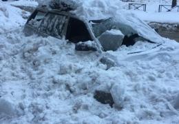 Работники ЖЭС разбили припаркованный возле дома автомобиль