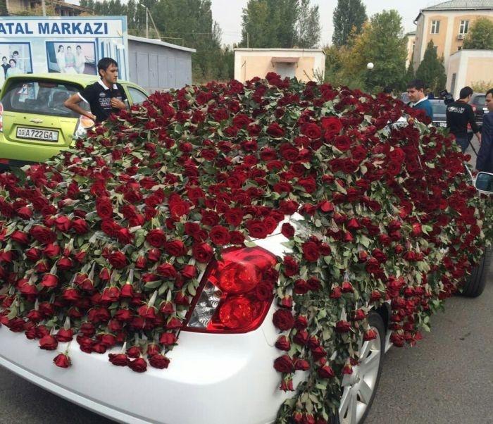 Романтик из Ташкента подарил возлюбленной огромный букет роз стоимостью более 2000 долларов