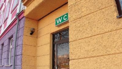 Должник выиграл в Нарве конкурс на аренду общественного туалета