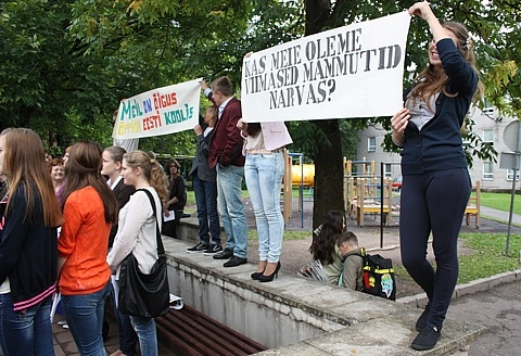 Ученики эстонской школы в Нарве провели пикет против объединения с русской гимназией