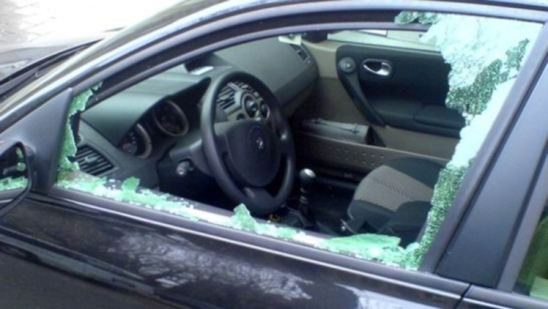 В Нарве мужчина в сильном алкогольном опьянении разбил окна в 11 автомобилях