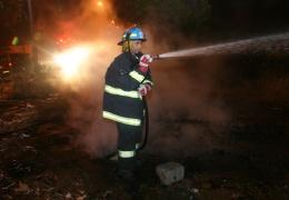 В ночь на вторник на парковке в Нарве два раза поджигали грузовой автомобиль с шоколадом.