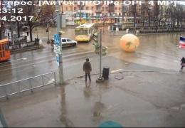 В Перми кто-то прокатился по улице внутри зорба