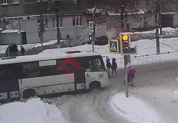 Спасла реакция матери: в Ярославле маршрутка сбила санки с ребенком
