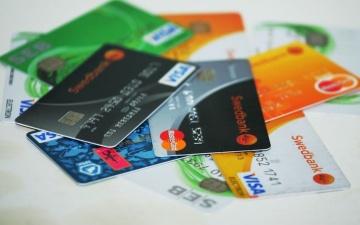 Пожилая нарвитянка забыла банковскую карточку в торговом центре и лишилась 200 евро