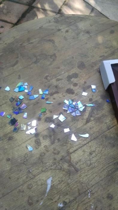 Старые компакт-диски способны преобразить старую мебель