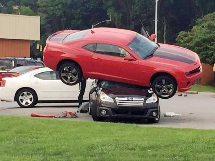 Полиция пытается сообразить, как спорткар умудрился забраться на крышу универсала