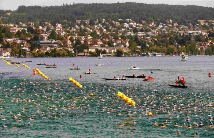 Массовый заплыв голубых шапочек в Цюрихском озере