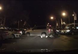 Две женщины выезжают с парковки