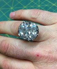 """Девушка купила на барахолке кольцо, а оно оказалось с """"сюрпризом"""""""