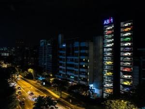 В Сингапуре появился гигантский «вендинговый автомат» по продаже автомобилей