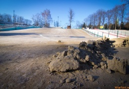 В калининградском парке засыпали песком бесплатную горку