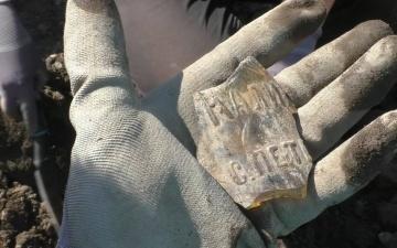 Юные археологи находят в Нарвском замке кости животных, обломки керамики и монеты