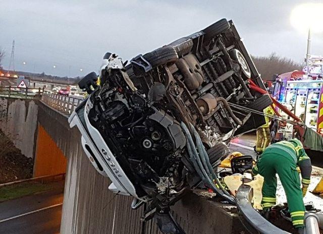 В Великобритании полицейский удерживал автомобиль, зависший на краю моста